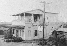 Esta foto muestra la primera cervecería que se estableció en Puerto Rico en el 1911. Sr. Henry C. Gronau nacido en Bremen, Alemania, vino a Puerto Rico como maestro cervecero y estuvo trabajando en Palma Real hasta que entró en vigor la Ley federal de la Prohibición (1919). Durante la Prohibición se trató de continuar la operación de la cervecería produciendo cerveza sin alcohol y malta con una cerveza llamada Cervina, pero no tuvo éxito. A raíz de esta situación Gronau y su hijo Jaime se…