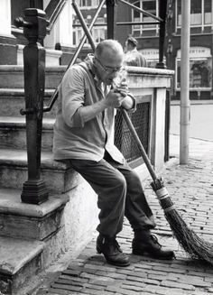 1950's. A street sweeper with his branches broom in the streets of Amsterdam lights a cigarette. Photo Spaarnestad. #amstedam #1950 Old Photos, Vintage Photos, Amsterdam City, Life Pictures, Netherlands, Dutch, Old Things, Memories, The Good Old Days