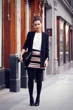 herbst outfit fürs büro schwarzer blazer gestreifter rock und clutch