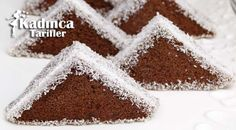 Porsiyonluk Üçgen Pasta Tarifi nasıl yapılır? Porsiyonluk Üçgen Pasta Tarifi'nin malzemeleri, resimli anlatımı ve yapılışı için tıklayın. Yazar: Sümeyra Temel