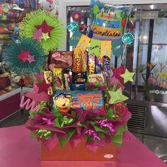 Linda manera de sorprender a ese ser querido, en el día de su Cumpleaños  @dencantos #CreacionesDencantos #Dencantos #Floristeria #Tarjeteria #Peluches #Regalos  #CalleComercio #Cagua #Aragua #Detalles #Globos #Pelanas #Golosinas #Cumpleaños Balloon Basket, Edible Arrangements, Candy Bouquet, Ideas Para Fiestas, Gift Baskets, Diy Gifts, Balloons, Birthdays, Party