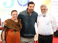 Awwww! John Abraham with his parents... mother Firoza Irani and father Abraham John. Click Here >> Voompla.com