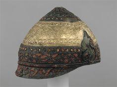 Casque constitué sur une calotte en bronze (IVe-IIIe siècle avant J.-C.). L'artisan a plaqué des bandes décoratives en fer, bronze, émail et or. Casque trouvé dans une rivière, près d'Amfreville-sous-les-Monts (Eure).