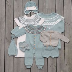 «Vi er nok en smule forelska i disse fargene :) Høst og… Knitting For Kids, Baby Knitting Patterns, Baby Patterns, Pinterest Baby, Knitted Baby Outfits, Baby Barn, Baby Pullover, Baby Coat, Fair Isle Knitting