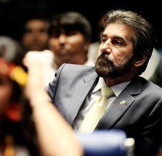 O senador Valdir Raupp (PMDB-RO) foi denunciado pela PGR, em setembro/2016, por corrupção passiva e lavagem de dinheiro. Nesta terça (07.03.2017), ministros da Segunda Turma do STF entenderam que a acusação de pagamento de propina travestido de doação eleitoral deveria ser recebida. De acordo com a investigação, decorrente da Operação Lava Jato, Raupp recebeu R$ 500 mil em 2010 da construtora Queiroz Galvão para sua campanha ao Senado.