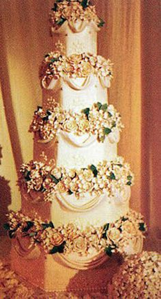 Nick Lachey and Jessica Simpson had their Victorian inspired five-tier cake created by Perfect Endings.
