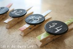 Clothespins decorated with paint/paper. Add discs painted with chalkboard paint to use for *garage sale prices, *chip bags, *mark kids' names on sandwich bags & juice packs, *expiration date on products, *hold notes on fridge. Craft Stall Display, Craft Booth Displays, Display Ideas, Craft Font, Market Displays, Store Displays, Craft Stalls, Craft Show Ideas, Craft Fair Ideas To Sell