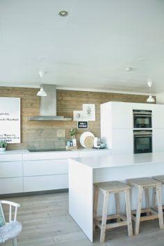 drewniana podłoga w białej kuchni, ściana, oświetlenie
