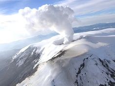 El volcán Nevado del Ruiz, en el centro oeste de Colombia, que se reactivó el pasado 31 de marzo lo que obligó a declarar la alerta Naranja, mantiene su condición de inestabilidad y sismos variables, informó hoy el Observatorio Vulcanológico y Sismológico de la ciudad de Manizales. Ver más en: http://www.elpopular.com.ec/49916-volcan-colombiano-nevado-del-ruiz-continua-inestable-y-con-sismos-variables.html?preview=true