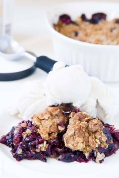 The easiest triple berry crumble, made with frozen fruit! Thickened frozen berri… The easiest triple berry crumble, made with frozen fruit! Thickened frozen berries topped with an oat crumble topping. Ready in 10 minutes! Oat Crumble Topping, Vegan Crumble, Fruit Crumble, Crumble Recipe, Fruit Recipes, Cake Recipes, Dessert Recipes, Dessert Ideas, Summer Recipes