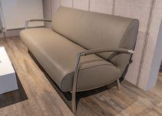 Adagio Bree's New World – Sofa von Designer Couchgarnitur. Twilight Leder Light Grey vom brasilianischen Nabuk Rind.   Aktuell als reduziertes Ausstellungsmodell auf www.saar-kuechen.de Bree, Design Tisch, Sofa, Rind, Designer, Love Seat, Interior, Furniture, Home Decor