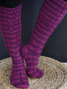 This pattern wouldn't take forever to knit! Crochet Socks, Knitting Socks, Hand Knitting, Knit Crochet, Knitting Ideas, Wool Socks, Yarn Colors, Leg Warmers, Mittens