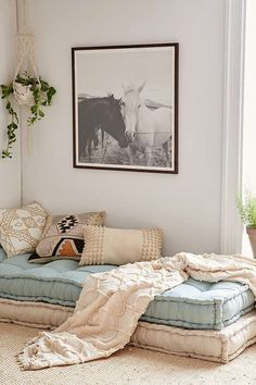 Colchones de lana y cojines sobre el suelo, rincón para el relax