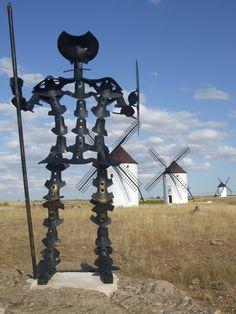Quijote realizado con cuchillas de arado, realizado por un artesano de Mota del Cuervo, se encuentra situado en la sierra de Mota del Cuervo junto con los Molinos de Viento.