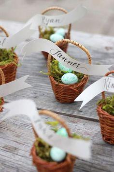 Almoço de Páscoa - mesa posta - marcador de lugar de cestinha de mini ovos