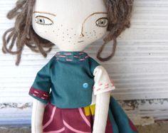Muñeca con pelo de alpaca y seda cosido a mano. 32 cm