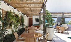 Entre o branco e azul, casa de praia investe em arquitetura arejada - Jornal O Globo