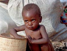ONU: protéder les Droits de l'Homme En 1948, la Déclaration universelle des droits de l'homme a placé les droits humains à la lumière du droit international. Depuis, l'ONU protège activement les droits humains par des instruments juridiques et par un travail de terrain.
