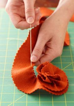 easy gathered felt flowers - great for headbands, bows, wreaths, etc. Diy Projects To Try, Felt Crafts, Fabric Crafts, Crafts To Make, Sewing Crafts, Sewing Projects, Arts And Crafts, Diy Crafts, Weekend Projects