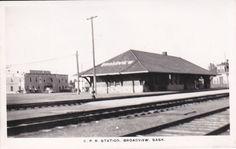 RP: BROADVIEW , Saskatchewan , Canada , 1930-40s ; C.P. Railroad Train Station
