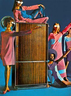 Die Freude an der Space Age Mode - Sci Fi Design - Retro Space Girl, Space Age, Vintage Advertisements, Vintage Ads, Vintage Space, Retro Advertising, Kino International, Style Année 60, Retro Fashion