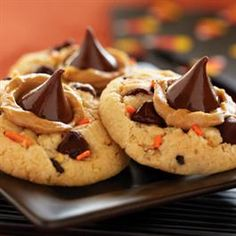 What you get when you combine peanut butter blossoms and Pillsbury Funfetti Halloween Sugar Cookie Mix? Funfetti® Halloween Peanut Butter and Chocolate Cookies from Pillsbury™ Baking! Yummy Treats, Delicious Desserts, Sweet Treats, Yummy Food, Tasty, Delicious Cookies, Cookie Desserts, Cookie Recipes, Dessert Recipes
