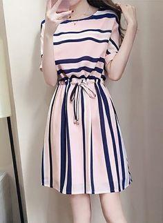 Vestidos Básico Listra Acima do Joelho de Manga curta - Airydress Stylish Dresses, Simple Dresses, Elegant Dresses, Pretty Dresses, Casual Dresses, Casual Outfits, Short Sleeve Dresses, Long Dresses, Dresses Dresses