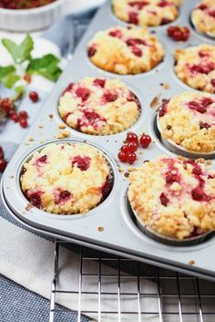 Recipe for simple and juicy red currant yoghurt muffins .- Rezept für einfache und saftige Johannisbeer-Joghurt-Muffins mit Streuseln Recipe for summercurrant yoghurt muffins with crumble, juicy dough, baked simply and quickly - Yogurt Muffins, Yogurt Cake, Healthy Muffins, Baking Recipes, Cookie Recipes, Vegan Recipes, Cupcakes, Muffins Sains, Streusel Muffins