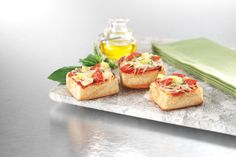 King's Hawaiian- Enjoy these mouth-watering bites of pepperoni pineapple pizza. Mini Pizza Recipes, Sandwich Recipes, Appetizer Recipes, Real Food Recipes, Appetizers, King Hawaiian Rolls, Kings Hawaiian, Hawaiian Pizza, Easy Snacks