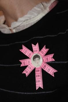 broche cinta métrica. Measuring tape brooch.