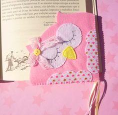 Marcador de páginas em feltro. Molde e passo a passo ideia para o dia dos professores em feltro. Marcador de coruja corujinha em feltro. Origami Bookmark Corner, Felt Bookmark, Bookmark Craft, Corner Bookmarks, Felt Crafts Diy, Recycled Crafts, Crafts To Make, Sewing Crafts, Sewing Projects