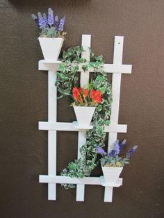 Floreira em mdf, pintada e envernizada, completa com flores e heras. Belíssima peça para decorar sua varanda, sacada, hall de entrada, ou onde sua imaginação permitir.