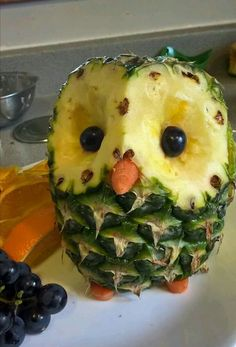 deko obst ananas schnitzen eulediy deko obst ananas schnitzen eule Food Art DIY food carved to look fantasy animals Cute Food, Good Food, Yummy Food, Fruit Creations, Food Carving, Food Garnishes, Garnishing, Veggie Tray, Veggie Food