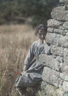 Gustave Gain, Jeune fille accoudée à un mur. Sans date. Archives départementales du Conseil général de la Manche.