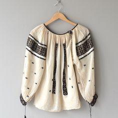 Romanian folk blouse embroidered blouse by DearGolden Vintage Tops, Vintage Dresses, Folklore, Boho Fashion, Vintage Fashion, Ethno Style, Diy Schmuck, Folk Costume, Peasant Blouse