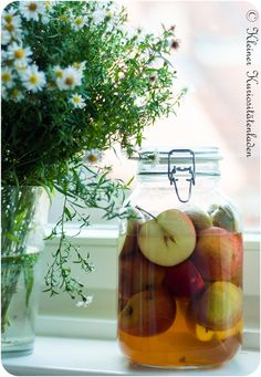 Apfelessig, hausgemacht 1 kg möglichst aromatische Äpfel (hier Rubinette) 1,5 Liter Weißweinessig oder ein heller Balsamico 350 ml Ahornsirup (Grad A)  1 EL Salz