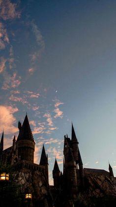 Hogwarts - Wizarding World of Harry Potter Harry Potter Tumblr, Images Harry Potter, Estilo Harry Potter, Arte Do Harry Potter, Harry Potter World, Hogwarts Tumblr, Harry Potter Castle, Enchanted Rose, Harry Potter Background