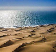 Die duine, die see, doodse stile en jou siel wat asem haal. Land Of The Brave, Namibia, Free Travel, Wonders Of The World, Places To See, Cool Photos, National Parks, Scenery, Africa