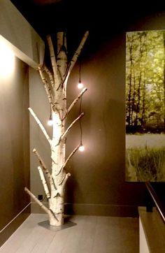 Berkenstam op voet met lampen www.decoratietakken.nl