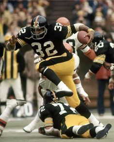 Franco Harris, 1976 Bengals at Steelers Pitsburgh Steelers, Pittsburgh Steelers Players, Nfl Football Players, Pittsburgh Sports, Football Conference, Steeler Nation, Football Pictures, Vintage Football, American Football