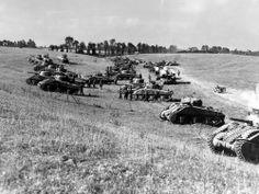 Le 12 août 1944, les chars Sherman de la 4e DB canadienne se regroupent pour participer à l'opération Tractable, qui doit faire sauter le verrou allemand de Falaise. Vue prise à l'ouest d'Estrées-la-Campagne. Archives nationales du Canada