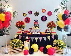 Mais uma festa fofa e super charmosa com tema Mickey! Adoro esse estilo: caixotes, bandeirolas, balões na lateral e painel com várias referências! Decoração linda por @poesiaemfesta ❤️ #kikidsparty