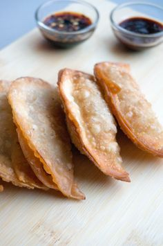 Een van mijn favoriete Aziatische bijgerechten zijn gyoza's ik ben er dol op! Als wij wel eens eten bij Wagamama dan bestel ik altijd Duck Gyoza lekker knapperig en de vulling heerlijk. Ik vond bij de supermarkt gyoza pannenkoekjes (ook wel wonton wrappers genoemd en te krijgen bij de ToKo). Ja dan moet ik natuurlijk...Read More