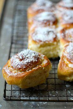 SNURRER MED HVIT SJOKOLADE OG KOKOS #boller #buns #kokos #coconut #hvitsjokolade #whitechocolate #godeboller #noetilkaffen #baking #homebaking #sweetbuns #søtgjærbakst #gjærbakst #bakst #oppskrift #recipes Norwegian Food, Norwegian Recipes, Chocolate, Cake Recipes, Deserts, Muffin, Sweets, Breakfast, Buns