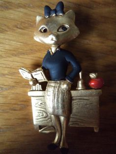 Vintage Signed Danecraft Brooch/Pin Goldtone pewter School Teacher Cat