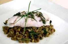 Peixe branco sobre lentilhas com espinafre | Panelinha - Receitas que funcionam