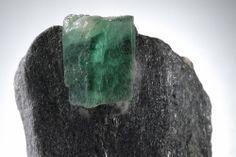 エメラルド(ベリル 緑柱石) Emerald モース硬度 7.5  エメラルドの緑色は微量のクロムを含むためである。 ブラジル産エメラルドはクロムの含有が少なく、鉄とヴァナジウムによる緑色だそうです。 エメラルドの主な産状は花崗岩、ペグマタイト、雲母片岩である。 中でも1981年にゴヤス州で発見されたエメラルド原石は、サイズは小さいが質が高く、 ほとんどが研磨され宝石として市場へ出てしまいます。 80年代以降のブラジル産エメラルドはコロンビア産に匹敵する良品質のものが多い。 エメラルドは宝石にしたときに内部に傷の無い物はほとんど無いといっても良いでしょう。