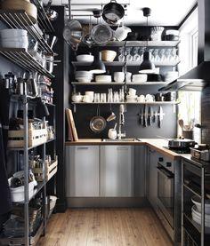 Una de nuestras cocinas favoritas, que aprovecha muy bien el espacio y cuenta con elementos de acero que le dan un aspecto similar al de las cocinas de los restaurantes.