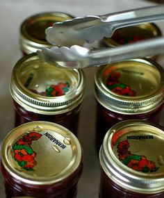 I had a few readers ask me this question. Simply keep a metal spoon in a glass of ice water. Jam Recipes, Canning Recipes, Recipies, Homemade Strawberry Jam, Strawberry Jam Recipe, Chocolate Cobbler, My Jam, I Love Food, Marker