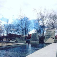 El Tanatorio Municipal de León se encuentra bajo un estanque de agua, integrándose en el entorno, y reflejando el cielo como alegoría de la muerte ✏️ BAAS #DíaMundialDelAgua #zonaErasLeón #León #Leonesp #España #sensituris #turexperiencias #arquitecturaLeón #arquitectura #estanque #agua #cielo #WaterInSpain #VisitSpain